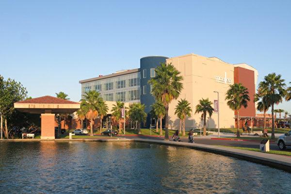 新建的美国德克萨斯州麦克艾伦市的麦克艾伦表演艺术中心(McAllen Performing Arts Center )于4月20日迎来了神韵北美艺术团的演出。由于票房火爆,神韵德州主办方临时加两场,仍一票难求。(林南宇/大纪元)