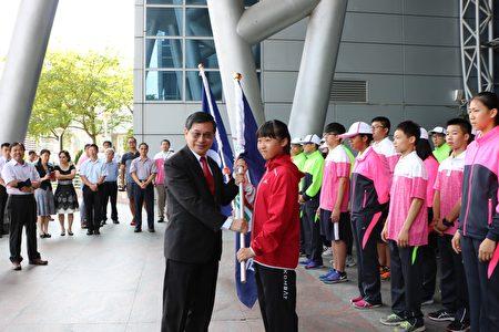 市长涂醒哲亲临授旗,小学部分授旗代表为博爱国小许苡莛同学代表接受。(李撷璎/大纪元)