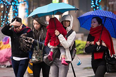 台灣氣象局表示,4月21日鋒面抵達台灣,加上東北季風和華南雲雨帶影響,接下來一連四天,天氣會變得非常不穩定,全台都會下雨。(大紀元資料庫)