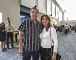 Manuel Sadas先生和太太Lydia Showings都是醫生,擁有自己的診所。這對夫婦在麥克艾倫觀看了4月21日下午場的神韻演出。(林南宇/大紀元)