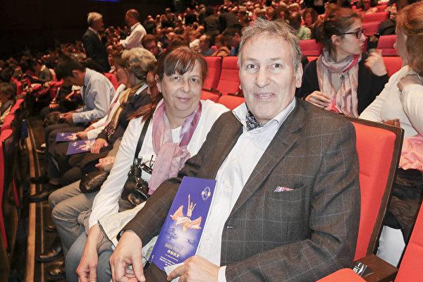 4月21日晚, 法新社总经理Stéphane Guérillot和太太Odile观赏神韵演出.(张妮/大纪元)