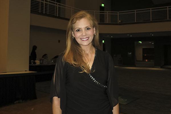 舞蹈演員,前ABC媒體記者Lisa Ayala Hettler於4月21日晚在德州麥克艾倫觀看神韻演出後表示,她立刻成為神韻粉絲。(林南宇/大紀元)