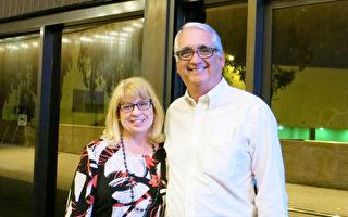 电力公司高管Kimberly Scherer和牧师丈夫Ken Scherer观看了神韵国际艺术团在4月21日晚于长滩市露台剧院(Terrace Theater)的演出,为自己庆祝生日。(李旭生/大纪元)