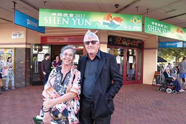 绘画艺术家Margaret Cahill和退休教师的丈夫Jim Cahill,观看了神韵纽约艺术团在珀斯的第五场演出。(史迪/大纪元)