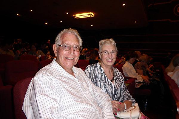 4月22日下午,进口商Stuart Hartley和曾经是舞蹈演员及舞蹈教师的妻子Angela Hartley,一起观看了神韵纽约艺术团在西澳珀斯帝王歌剧院的第五场演出。(史迪/大纪元)