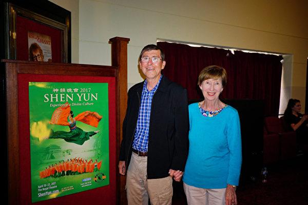 2017年4月22日,前Kwinana市市政专员Bob Thompson携夫人Jo Thompson观赏了神韵纽约艺术团在珀斯帝王歌剧院(Regal Theatre)的第四场演出。(周鑫/大纪元)