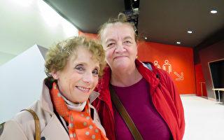 2017年4月22日下午,衛生官員Christiane Barcley女士(右)和朋友Evelyne Moras一起觀賞了神韻世界藝術團在巴黎國際會議中心的演出。(文華/大紀元)