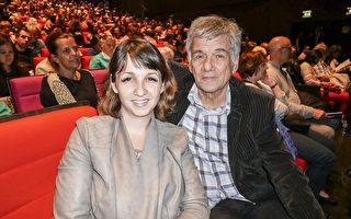 4月22日晚,Marcel LUCAS和女儿一起观看神韵。(张妮/大纪元)