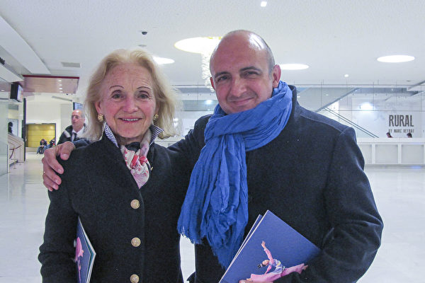在法國國防部工作的陸軍少校Jean Bolling和母親Nicole Bolling觀看了4月22日晚上神韻在巴黎的演出。(麥蕾/大紀元)