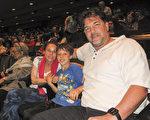 好莱坞剧作家兼制片人Michael Vickerman带着妻子Dana Barron和儿子一同来欣赏神韵。(刘菲/大纪元)