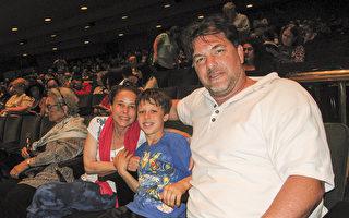 好萊塢劇作家兼製片人Michael Vickerman帶著妻子Dana Barron和兒子一同來欣賞神韻。(劉菲/大紀元)