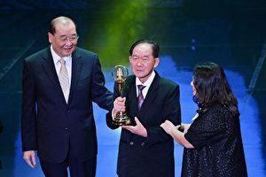 李季準(中)2015年獲頒第50屆廣播金鐘獎特別貢獻獎,他與女兒(右)上台領獎。(中視提供)