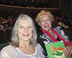 心理学家Carol Bekendam(右)与朋友婚姻家庭治疗师Cathy Garcia(左)观看了神韵国际艺术团在大洛杉矶地区长滩市会展娱乐中心露台剧院的第三场演出。(李清怡/大纪元)