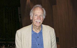 多才多艺的艺术家Stephen Fiske于4月22日周六晚,在美国长滩市会展娱乐中心露台剧院欣赏了神韵国际艺术团在当地的第三场演出,称赞神韵充满了优雅、美丽和善。(旭生/大纪元)