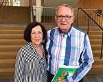退休前经营自己的环境工程公司业主Gary Dudley先生和太太Jane Fallon第三年看神韵,他们认为神韵吸引了各种不同族裔观众,并充满神性。(Albert Roman/大纪元)
