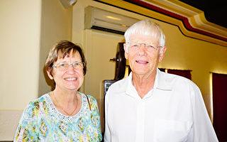 2017年4月23日下午,在澳洲珀斯的帝王歌剧院(Regal Theatre),退休地图绘制师、城镇规划师Ross Davidson与太太Laura Davidson一起观看了神韵纽约艺术团的精美演出。(周鑫/大纪元)
