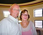2017年4月23日下午,一家公司老板Alan Parker和太太Helen一起观看了神韵纽约艺术团在澳洲珀斯帝王歌剧院的最后一场演出。(周鑫/大纪元)