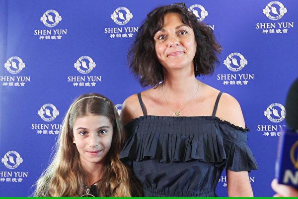 大型艺术演出顾问Cristina Bormolini带着女儿Gabriella De Nuccio观看了神韵在珀斯的最后一场演出。(新唐人电视台)