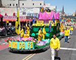 2017年4月23日纽约部分法轮功学员在法拉盛举行纪念四二五和平上访18周年大游行。18岁的囡囡端坐在游行的花车上面。(戴兵/大纪元)