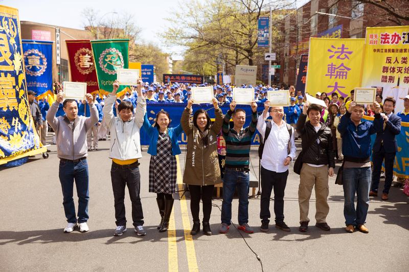 2017年4月23日紐約部份法輪功學員在法拉盛舉行紀念四二五和平上訪18週年大集會。7名正義民眾在現場公開退出中共。(戴兵/大紀元)