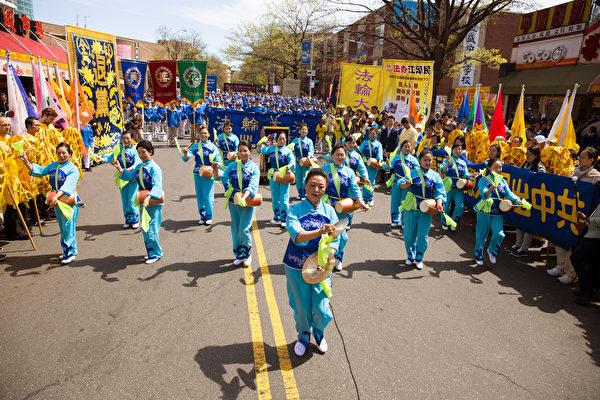 2017年4月23日纽约部分法轮功学员在法拉盛举行纪念四二五和平上访18周年大集会。腰鼓队表演。(戴兵/大纪元)
