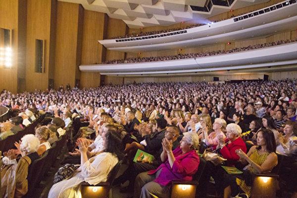 4月23日下午,神韻國際藝術團在大洛杉磯地區長灘市會展娛樂中心露台劇院舉行了2017年巡演在當地的最後一場演出。近3千人的劇場依然座無虛席、蔚為壯觀。(季媛/大紀元)