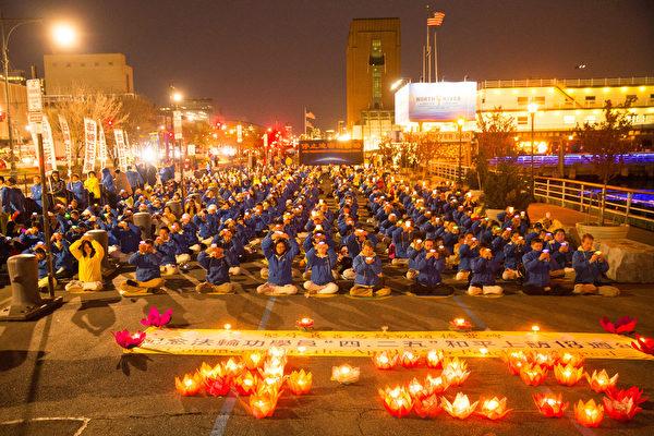 美國大紐約地區部份法輪功學員近千人,來到紐約中領館前進行燭光守夜,紀念和平大上訪18週年。(戴兵/大紀元)