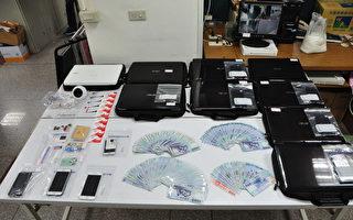台灣台中市警察局第四分局23日宣布偵破詐騙集團案,查獲包括林姓主嫌等7人到案,並起出做案用電腦、手機、教戰手冊及現金新台幣23萬元等。(警方提供)