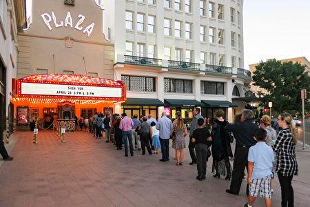 神韵北美艺术团于4月23日晚在德州艾尔帕索市的广场剧院(The Plaza Theatre)的第二场演出爆满加座。(林南宇/大纪元)