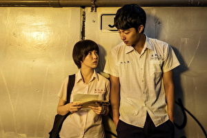 郭書瑤(左)主演《通靈少女》收視傳佳績,劇中她與蔡凡熙如天龍地虎般的身高差,引發網友熱議。(公視提供)