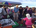 《台湾澎湖群岛》特辑,入围第44届艾美奖4项大奖,图为清晨在马公第三渔港根兜售鱼货的小贩聊天(许琼文摄影)。(观光局提供)