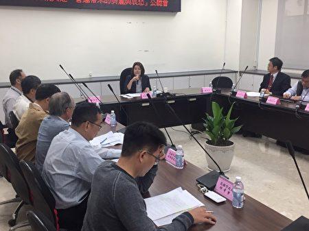 高市議員黃香菽24日舉行公聽會,針對高雄輕軌施工可能造成交通衝擊邀集專家獻策。(國民黨高雄市議會黨團提供)
