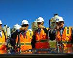 高市府团队赴美参访污水回收技术,秘书长杨明州与水利局长蔡长展与环保局长蔡孟裕当场试饮,KCG对LA回收水技术表示佩服。(高雄市政府提供)