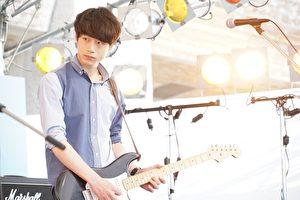 電影《與妳的第100次戀愛》劇照,坂口健太郎,為了本片苦練樂器,並首度展現他的「歌唱演技」。(采昌國際多媒體提供)