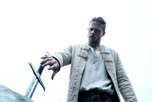 《亚瑟王:斗兽争霸》(台译:亚瑟:王者之剑)将重塑亚瑟的传奇,图为剧照。(华纳兄弟提供)