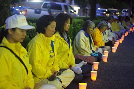4月25日洛杉磯部分法輪功學員在中領館前舉行燭光夜悼,紀念1999年「4‧25」中南海萬人和平上訪,呼籲法辦江澤民、停止迫害法輪功。(劉菲/大紀元)