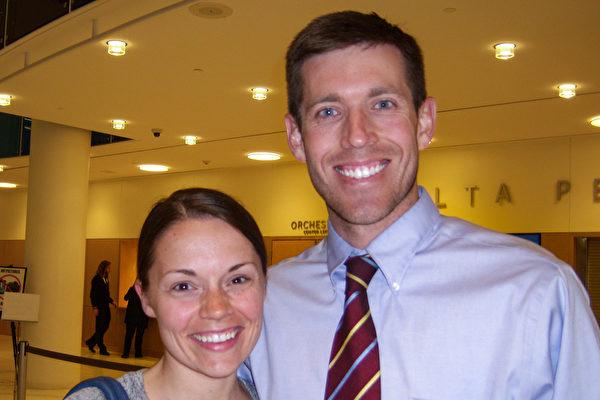 专业舞蹈演员Jaclyn Naegle和先生Matthew Naegle表示,每个人都应该来看神韵。(于丽丽/大纪元)