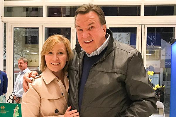 Maverik连锁店总裁Tom Welch当晚和妻子一起观看了当晚的神韵演出,庆祝最好的朋友的生日。(萧雨晴/大纪元)