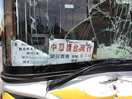 浙江陆客团游览车游台撞安全岛 6人轻伤