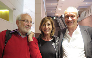 报业老板Henri Marc Rossignol先生(右)和校长夫人Giovanna Casu女士,以及朋友Philippe Longchamps先生,高度赞美神韵,认为神韵在我们心里填满了幸福、文化和音乐。(文华/大纪元)