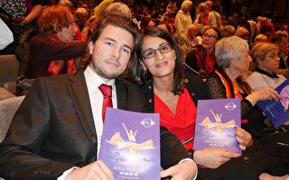4月26日晚,Nicolas BOULET和女友Louisa一起观看神韵演出。(张妮/大纪元)