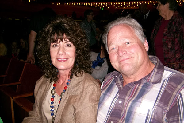 4月26日下午,拥有一家自己公司的室内设计师Karen Capson和丈夫Chris Capson观赏了神韵国际艺术团在盐湖城的乔治·多洛雷斯多尔·埃克尔斯剧院举行的第二场的加场演出。(于丽丽/大纪元)
