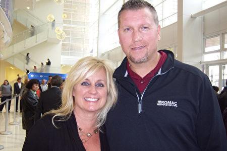 擔任銷售經理的Brock Spencer和擔任辦公室經理的太太Brenda Spencer於4月26日下午在位於美國鹽湖城的喬治·多洛雷斯多爾‧埃克爾斯劇院觀看了神韻晚會。(于麗麗/大紀元)