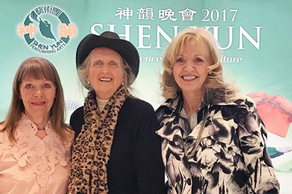 Margo(左)Margerie(中)Babara(右)三位女士观看了4月26日下午的演出后,急不可待的向记者分享她们爱上神韵的喜悦。(萧雨晴/大纪元)