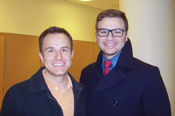 高盛投资银行资深分析师Alex Cutini(左)和医疗咨询公司信息专家Matt Bryce观看了神韵演出。(于丽丽/大纪元)