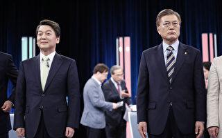 民調顯示,南韓總統候選人文在寅的支持率領先安哲秀。圖為23日,文在寅(右)和安哲秀(左)出席在首爾舉行的電視辯論。(KIM HONG-JI/AFP)