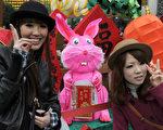 日本年黃金週,台灣仍是民眾出國熱門旅遊地之一。圖為2011年2月1日,台北龍山寺,兩名日本遊客與兔子燈籠合照。(SAM YEH/AFP)