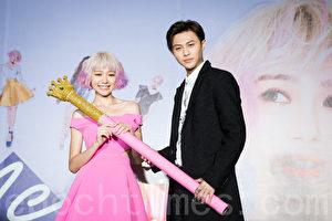 藝人林明禎(左)4月27日在台北舉辦EP《#Me》記者會,「王子」邱勝翊(右)站台贈禮。(陳柏州/大紀元)