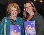 在一家公司擔任高級行政助理的Kathleen Rogers(右)和退休教師 Linda Huchel(左)女士讚歎神韻完美無瑕,令人大開眼界。(樂原/大紀元)