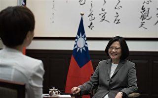总统蔡英文(右)4月27日接受路透社专访,针对台美关系、两岸关系及国防军购等议题,回应媒体提问。(总统府提供)